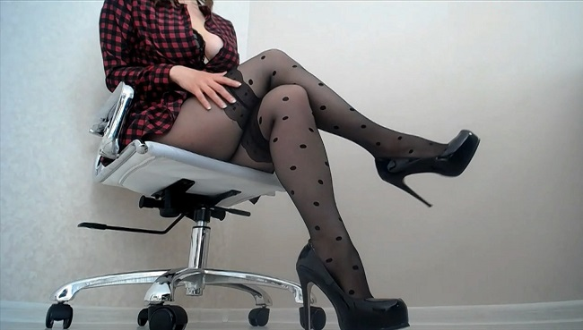 Sexy Therapist Manipulates Pantyhose Addict